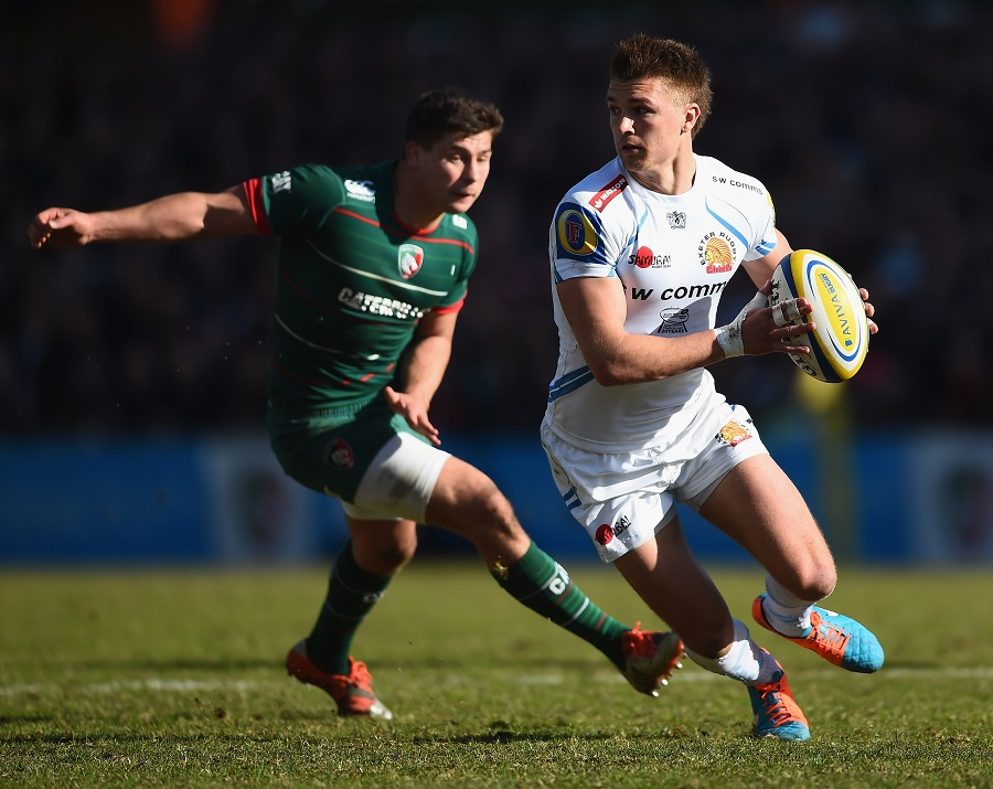 Henry Slade of Exeter Chiefs avoids Leicester Tigers' Ben Youngs