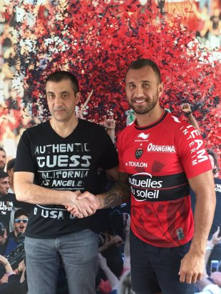 Quade Cooper shakes hands with Toulon club owner Mourad Boudjellal in a Toulon jersey, Toulon, Top 14, April 24, 2015