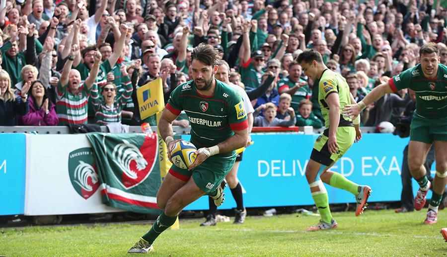 Niall Morris breaks clear to score a try