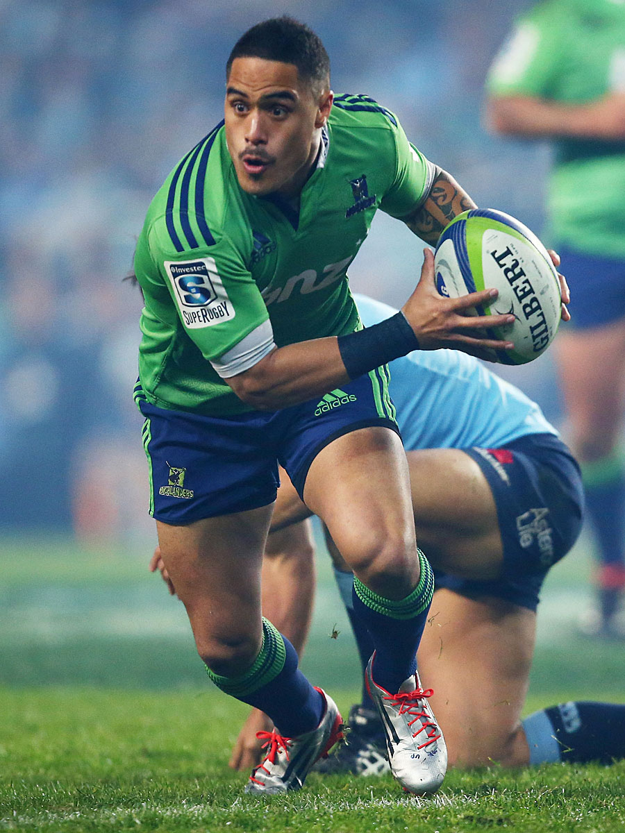 The Highlanders' Aaron Smith shapes to pass