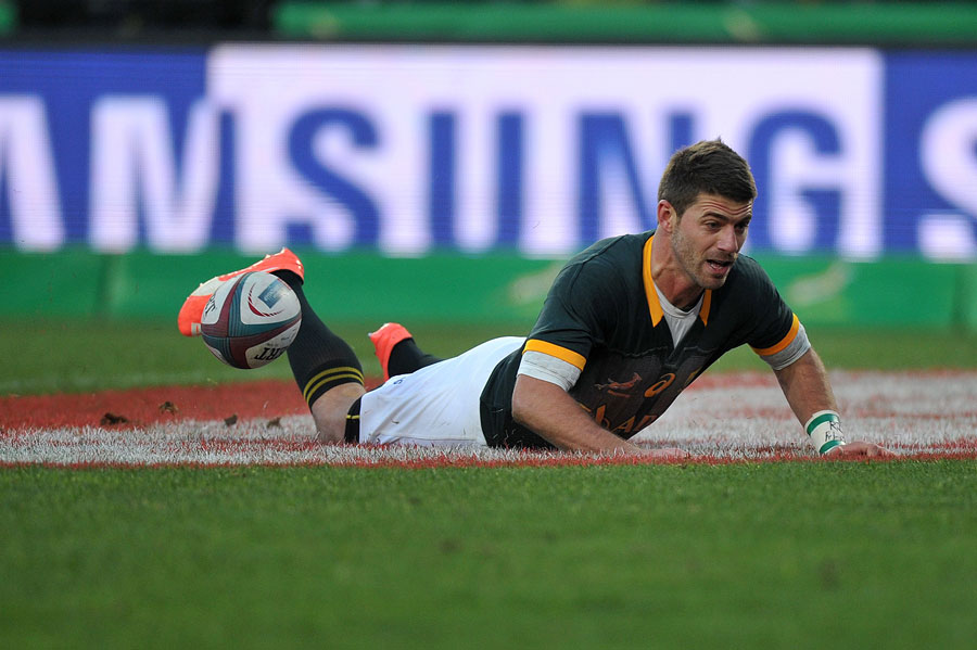 South Africa's Willie le Roux scores a try