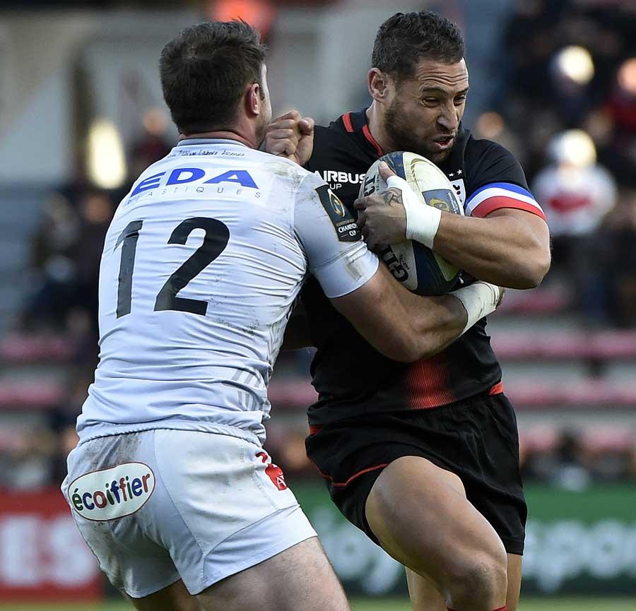 Toulouse's New Zealand fly-half Luke McAlister breaks away Oyonnax' Irish centre Eamonn Sheridan