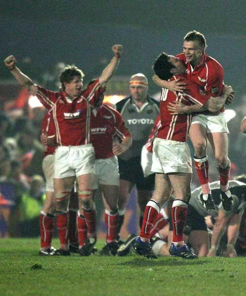 Dwayne Peel and Stephen Jones celebrate victory over Munster