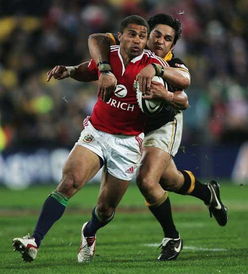 Piri Weepu tackles Jason Robinson