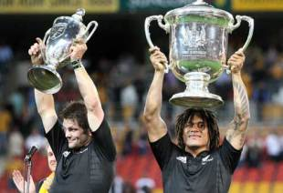 Richie McCaw and Rodney So'oialo lift the Bledisloe Cup and Tri Nations