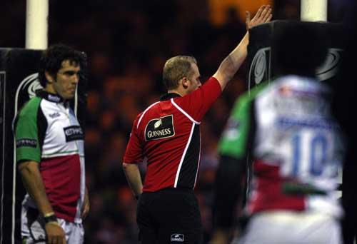 Referee Wayne Barnes awards a penalty try