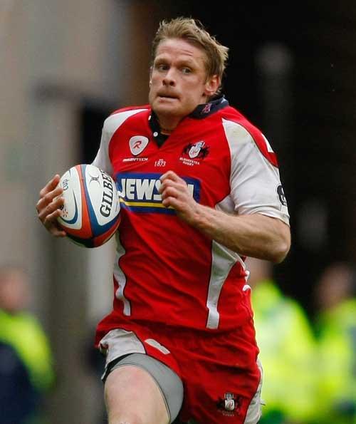 Gloucester's Iain Balshaw breaks away to score