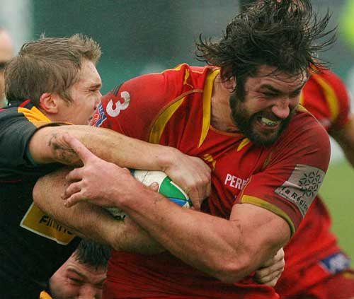 Perpignan lock Nathan Hines takes on the Newport defence