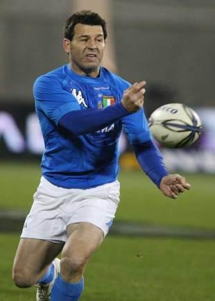 Italy fly-half Craig Gower feeds his backline, New Zealand v Italy, AMI Stadium, Christchurch, June 27, 2009