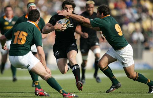 New Zealand's Dan Carter runs at the Springbok defence