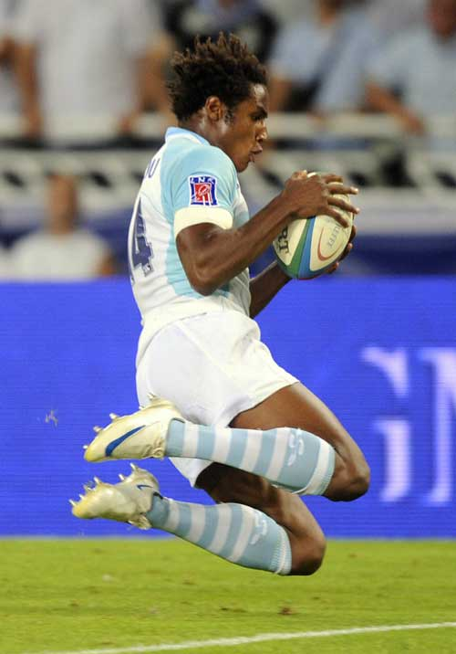 Bayonne's Bejamin Falls scores a try against Stade Francais