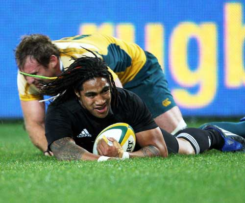 All Black centre Ma'a Nonu beats Rocky Elsom to score