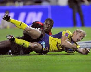 Brent Russell crashes over to score for Clermont, Clermont Auvergne v Toulouse, Top 14, Stade Marcel Michelin, September 6, 2009