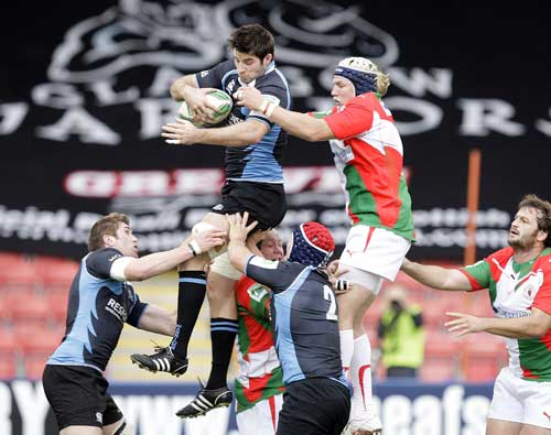 Glasgow's Johnnie Beattie wins a lineout ball