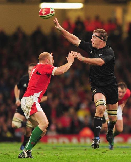 New Zealand lock Brad Thorn lobs the ball over Martyn Williams' head