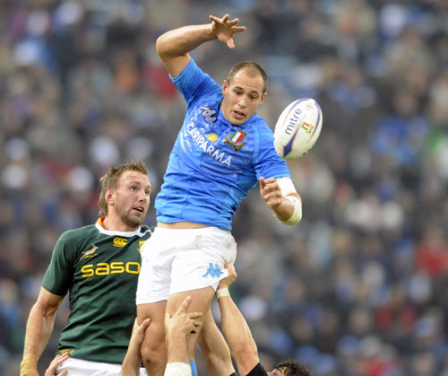 Italy captain Sergio Parisse wins the line-out against Andries Bekker, Italy v South Africa, Stadio Friuli, Udine, November 21, 2009