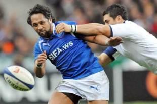Samoa's Seilala Mapusua off loads the ball under pressure, France v Samoa, Stade de France, Paris, France, November 21, 2009