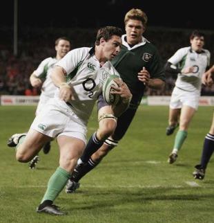 Ireland flanker David Wallace beats Juan Smith to score, Ireland v South Africa, Lansdowne Road, November 11 2006