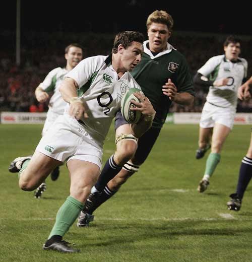 Ireland flanker David Wallace beats Juan Smith to score
