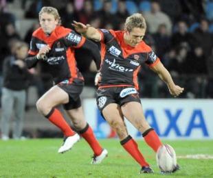 Jonny Wilkinson kicks a penalty, Stade Francais v Toulon, Top 14, Stade Jean Bouin, November 27, 2009