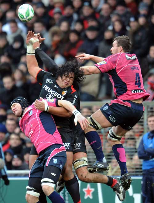 Toulouse's Cencus Johnston stretches for a high ball