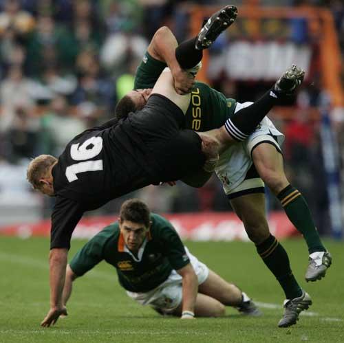 Bryan Habana dump-tackles Derren Witcombe