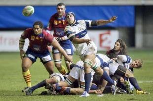 Treviso lock Corniel Van Zyl  passes the ball