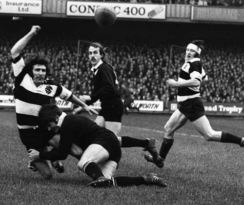 Tom David flings a pass to Derek Quinnell
